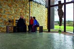 P. Notker Hiegl mit Gläubigen in der Kapelle Maria Mutter Europas auf dem Gnadenweiler